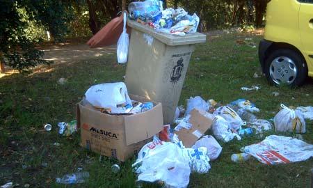 O lixo acumúlase nos contedores e chega incluso ao carón do río. Foto: Favec