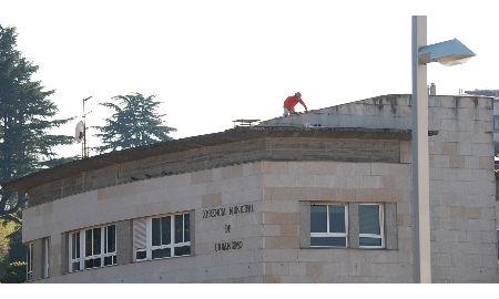 Uno de los obreros, sin el arnés, a las cinco de la tarde de hoy en el tejado de la Xerencia de Urbanismo