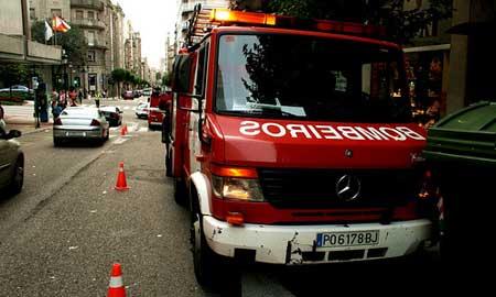 Los bomberos dicen que incluso les presionan para que usen agua y no espuma en la extinción