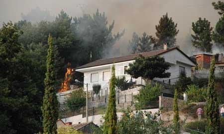 Las llamas casi alcanzan la casa de la familia Pires, en Camos.