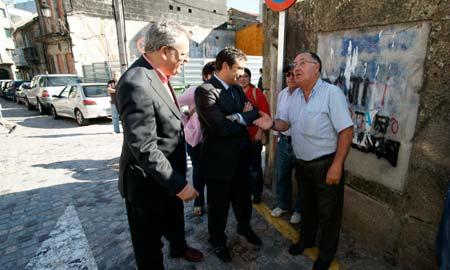 Santi Domínguez e o concelleiro de Patrimonio, Eudosio Álvarez, falan cos veciños.