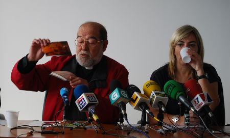 El padre Carlos y la delegada de la Xunta en Vigo
