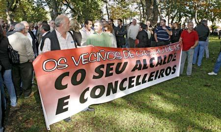 Medio millar de vecinos se concentraron ayer en apoyo a los detenidos.