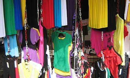 Los ladrones se llevaron 300 prendas de ropa y un GPS.
