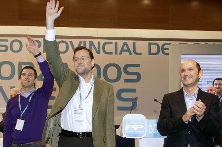 Núñez Feijóo, Mariano Rajoy y Rafael Louzán, saludan al término del congreso