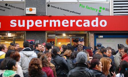 Concentración sobre las 12 del mediodía delante del supermercado Froiz de la rúa Uruguai