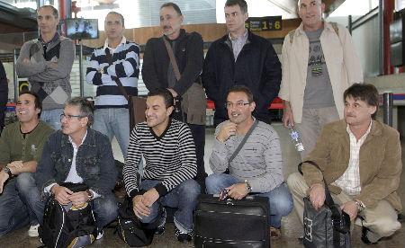 Algunos de los marineros gallegos de relevo que volaron hoy desde Vigo a París antes de enlazar a la Seychelles