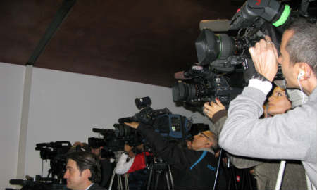 La sala de prensa se quedó pequeña para tantos medios.