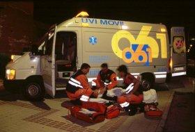 Miembros del 061 atendiendo a una víctima de tráfico.