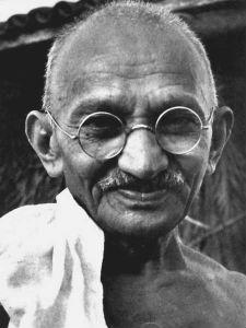 Ghandi reposa en la costa de la tierra de Mandela