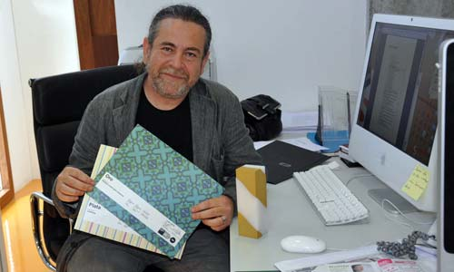 O director da Área de Imaxe, Fernando Suárez, cos premios.