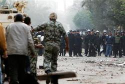 Ni militarizar el país saca a los egipcios de las calles