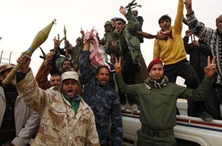 El Gobierno libio amenaza con la muerte de cientos de miles de personas mientras se cree que Gadafi ha escapado