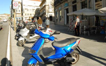 Hace 26 días que los hosteleros denunciaron que las motos que aparcan en la Porta do Sol perjudican sus negocios ¿qué ha hecho el concejal de Tráfico?