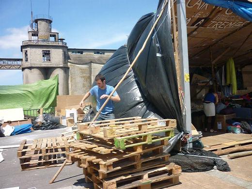 Los acampados estrenan nueva casa en la explanada del Concello de Vigo
