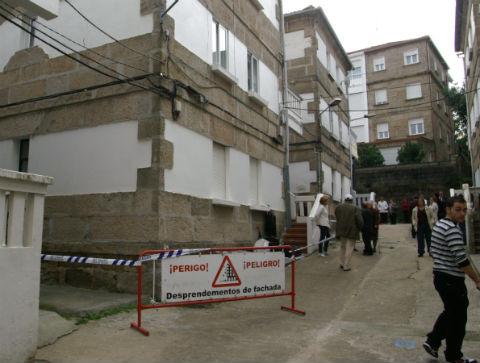 Otro edificio con grietas en la calle Colombia obliga al desalojo de 35 vecinos