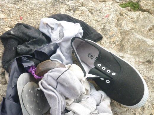 Los peregrinos se despojan en Fisterra de sus ropas usadas del Camino