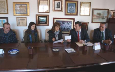 La Coral Casablanca entrega la recaudación del concierto a los parientes de Cristina, asesinada en octubre