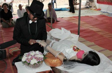 Se casa con el cadáver de su novia y cuelga las fotos en Facebook Boda