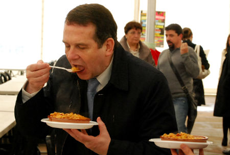 Abel Caballero comiendo callos durante la presentación de la fiesta que se celebra este fin de semana en la Praza do Rei