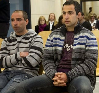 Los etarras Oscar Zelarain (i) y AndoniOtegi, en la Audiencia Nacional, donde se les juzga por el atentado en 2002 contra el cuartel de la Guardia Civil en Santa Pola (Alicante), en el que murieron dos personas, una de ellas una niña de seis años