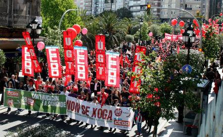 Cabecera de la manifestación convocada, conjuntamente, por CCOO y UGT, para protestar contra los recortes sanitarios y educativos