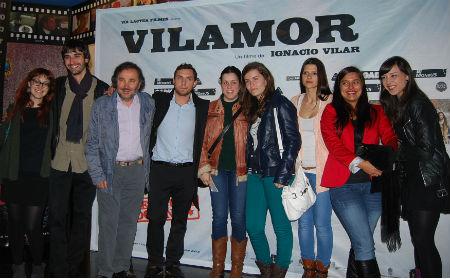 O equipo da película posou cos espectadores, onte, na estrea da cinta en Vigo