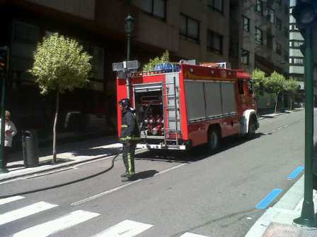 Movilizados bomberos y polic a local por un incendio en for Oficinas la caixa vigo