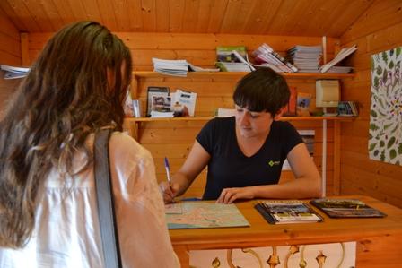 Unos visitantes pasaron por la oficina tur stica de for Oficina turismo vigo