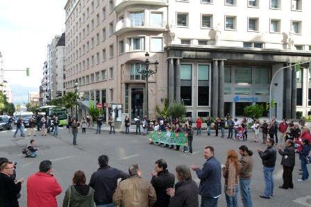 Una cadena humana y velas en Vigo para exigir una solución a los desahucios