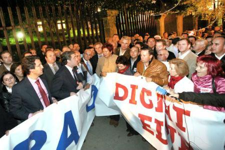 Protestar dentro del Parlamento de Galicia ¿estaba bien en 2005 y mal en 2013?