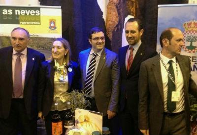 El alcalde de As Neves, primero por la izquierda, junto a la ministra Pastor, el president de Baleares y el presidente dela Diputación de Pontevedra, en FITUR