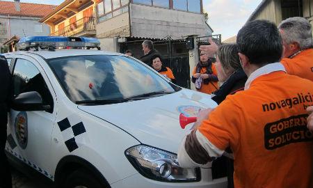 El despliegue de la Guardia Civil impide que los afectados por las Preferentes entren en el Pleno de Mos