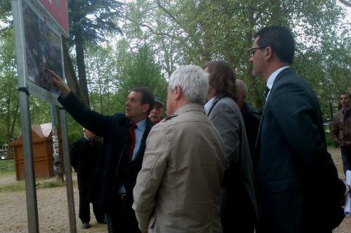 Caballero anuncia durante la visita a la pista de Castrelos, que habrá 7 pisos más para familias desahuciadas