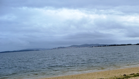 Encuentran flotando en una playa de O Grove el cadáver de un hombre