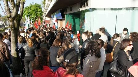 Protesta delante de Unísono, en Gran Vía, contra su plan de movilidad geográfica