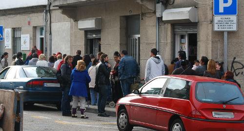 Decenas de personas esperando ante la puerta de AFAN, este jueves/Tresyuno Comunicación