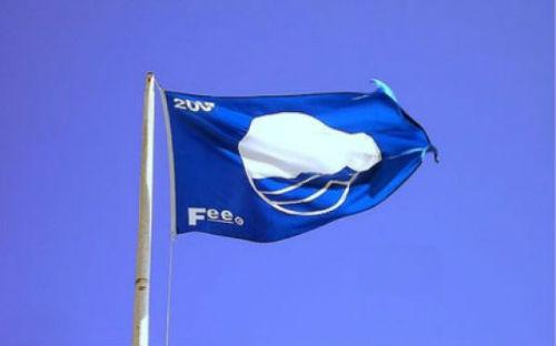 A Xunta entrega ao Concello as 9 bandeiras azuis que teñen as praias da cidade este verán