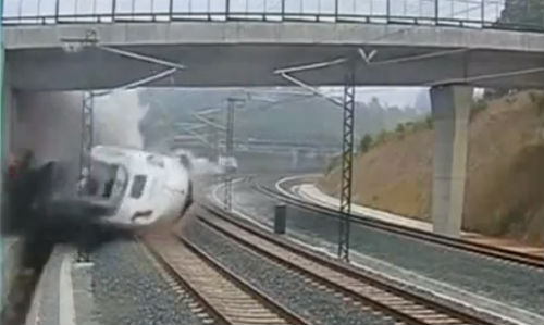 El tren iba a 153 por hora y el maquinista hablaba por teléfono en el momento del descarrilamiento