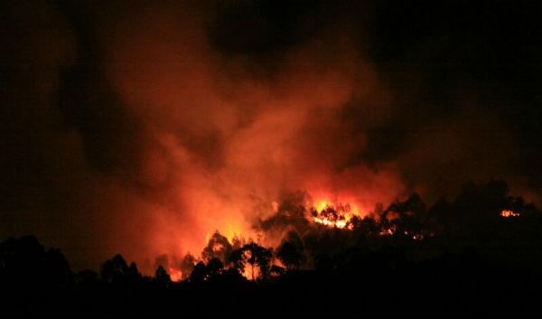 #ardegalicia, las llamas siguen sin control en Os Ancares y no está extinguido el fuego de Oia