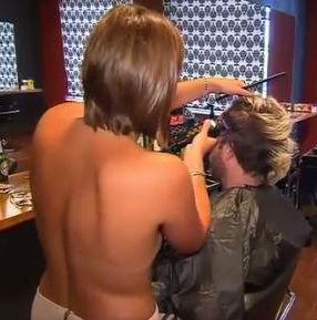 Detienen a una peluquera que cortaba el pelo en top-less…pero no por eso, hombre, sino por carecer de licencia