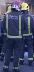 Bomberos rescatan a una persona que se quedó atrapada en su coche tras un accidente