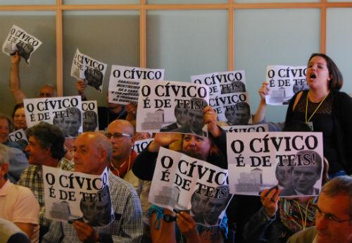 Vecinos de Teis obligan a suspender, una vez más, el Pleno
