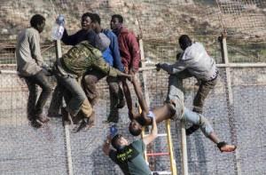30 inmigrantes encaramados en la valla de Melilla tras un nuevo salto masivo