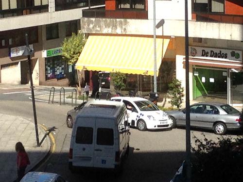 El 'multamóvil' circula en sentido contrario por la Plaza Elíptica para multar a un coche