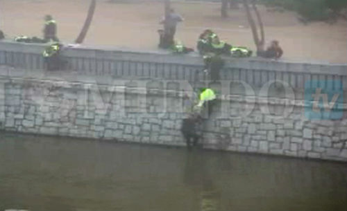 20 detenidos, 200 identificados y 13 heridos, uno de ellos en estado crítico, en la pelea entre hinchas del Atlético y del Depor