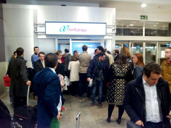 """Pasajeros del vuelo Madrid-Vigo de Air Europa, tirados en Madrid, sin que la compañía les haya ofrecido """"ni agua"""""""
