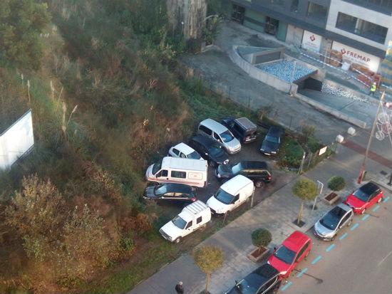 Veciños de Pizarro denuncian que numerosos coches aparcan nun solar pasando por riba da beirarrua