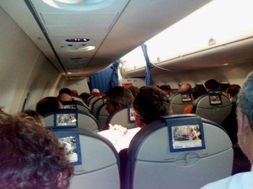 El avión en el que venía el grupo que ha ido de Vigo a FITUR, con el alcalde incluido, no puede aterrizar en Galicia y vuelve a Madrid