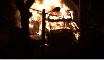 Un incendio consume completamente tres vehículos aparcados en una calle de Pontevedra